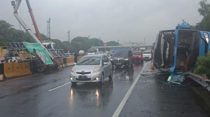 Kecelakaan bus Damri di Jalan Tol Sedyatmo arah Bandara Soetta, pada Kamis (23/1) pukul 05.27 WIB. Foto dok Jasa Marga