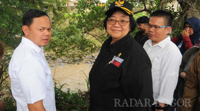 HENDI/RADAR BOGOR APRESIASI: Menteri Lingkungan Hidup dan Kehutanan, Siti Nurbaya didampingi Wali Kota Bogor, Bima Arya dan Lurah Babakan Pasar, Rena melihat-lihat kebun bibit yang berada di pinggir sungai, kemarin.