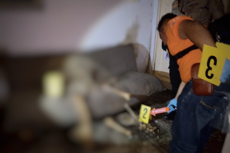 Polisi melakukan identifikasi terhadap kerangka yang diduga tulang manusia pada sebuah rumah di Jalan Sukamenak Indah, Kecamatan Margahayu, Kabupaten Bandung. Foto: ANTARA/HO-Polsek Margahayu