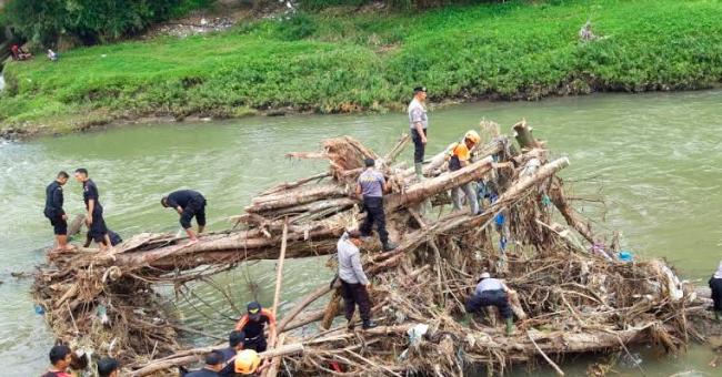 Proses normalisasi Sungai Batang Agam, Payakumbuh, Sumatera Barat yang diinisiasi oleh Polres Payakumbuh. Foto : Ist dari Polres Payakumbuh
