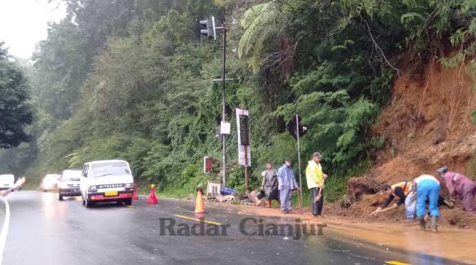 Jalur Puncak Ciloto Mulai Longsor, Warga Bogor Ingin ke Cianjur Diminta Waspada