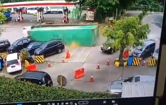 Rekaman CCTV kecelakaan rem blong di rest area tol Cipularang