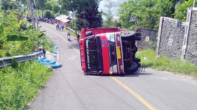 Truk bermuatan tabung oksigen mengalami kecelakaan di jalan Cisolok- Bayah, tepatnya di Kampung Pasir Laja, Desa Pasirbaru, Kecamatan Cisolok, selasa (21/1).