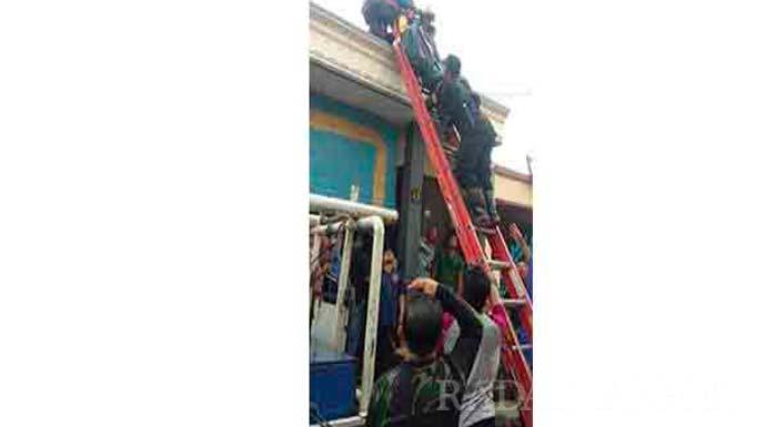 Perbaiki Atap Tetangga, Pria Paruh Baya Tewas Kena Setrum
