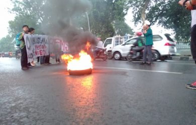 Kritisi Kinerja 100 Hari Pemerintahan Jokowi, Mahasiswa Bakar Ban di Depan Balaikota Bogor