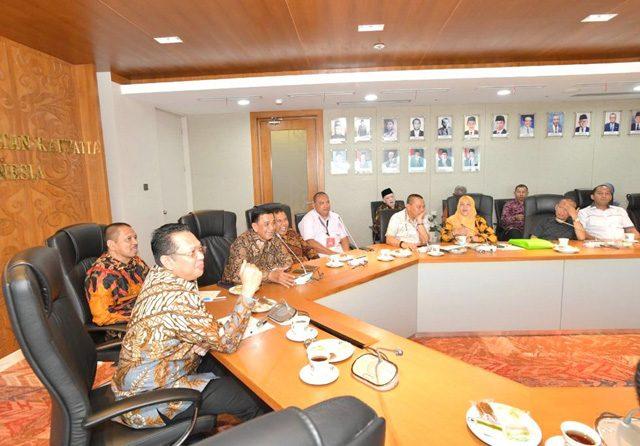 Ketua MPR Bambang Soesatyo mengajak civitas akademika untuk aktif dalam diskursus Amandemen Teratas UUD 45. Bamsoet menerima Ikatan Alumni Universitas Jayabaya (IKA Jayabaya), di Ruang Kerja Ketua MPR RI, Jakarta, Senin (24/02). (MPR for JawaPos.com)