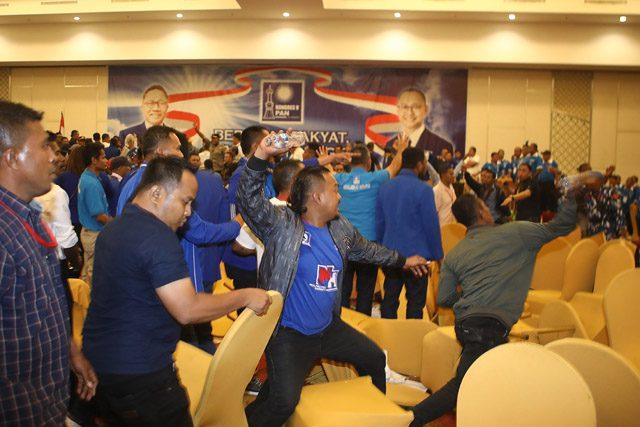 Bentrok masa saat Kongres V PAN di Kendari, Sulawesi Tenggara, Selasa (11/02/2020). Zulkifli Hasan terpilih kembali menjadi Ketua Umum Partai Amanat Nasional Periode 2020-2025. (Hendra Eka/Jawa Pos)