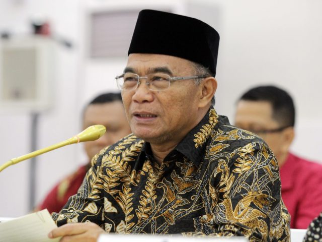 Menko PMK Muhadjir Effendy Estimasi pemindahan boat to boat akan dilakukan pada tanggal 26 Februari jam 10.00 WIB di Selat Durian dan akan tiba di Pulau Sebaru Kecil 28 Februari sekitar pukul 09.00 WIB. (Dery Ridwansah/JawaPos.com)