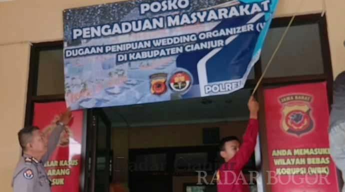 PASANG TALI: Polres Cianjur membuka posko pengaduan penipuan WO bodong di pintu selatan Mapolres Cianjur, kemarin. FOTO: Fadilah Munajat/ Radar Cianjur