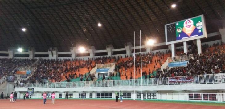 Rusuh di tribun Selatan stadion Pakansari. (arifal/radarbogor.id)