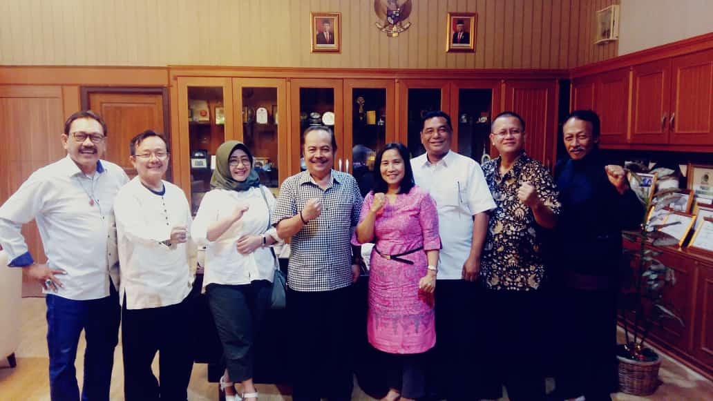 SILATURAHMI : Para panitia reuni akbar Fakultas Hukum foto bersama Rektor Universitas Pakuan, Bibin Rubini saat audiensi di ruang kerjanya, Jumat (21/2/2020).