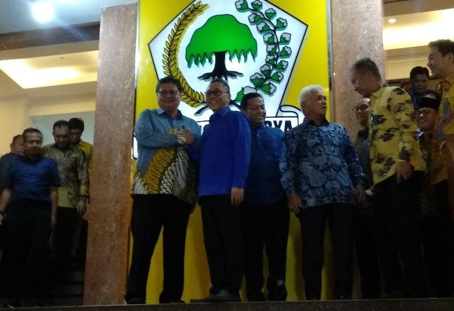 Ketua Umum Partai Golkar Airlangga Hartarto menerima kunjungan jajaran elite Partai Amanat Nasional (PAN) yang dipimpin Zulkifli Hasan di Kantor DPP Golkar, Slipi, Kamis (12/3) (Gunawan/JawaPos.com)