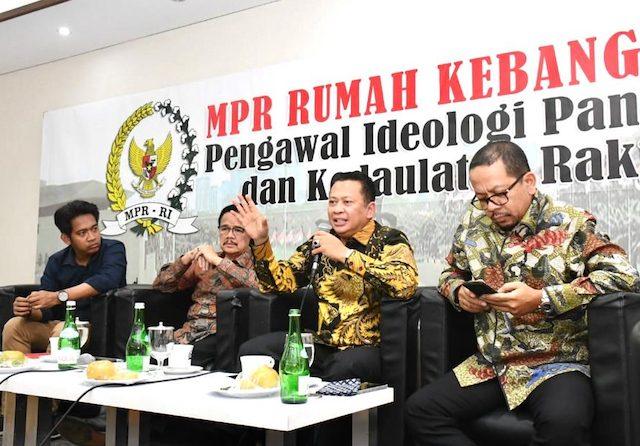 Ketua MPR Bambang Soesatyo bersama Direktur Indo Barometer Qodari dan Anggota DPD Ri Teras Narang saat mengisi diskusi publik, di Media Center MPR, Jakarta (11/3). (dok MPR RI)