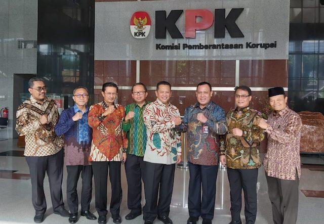 Tujuh pimpinan Majelis Permusyawaratan Rakyat (MPR) yang dipimpin oleh Ketua MPR Bambang Soesatyo saat menyambangi Gedung Komisi Pemberantasan Korupsi (KPK), Senin (9/3). (Ridwan/JawaPos.com)