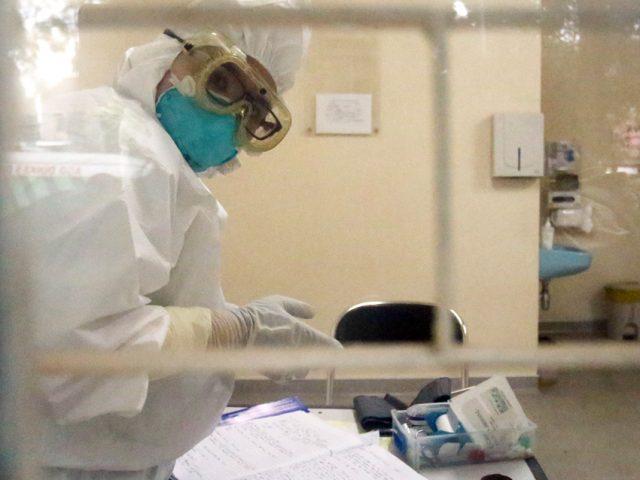 SIAGA: Petugas berjaga di ruang isolasi Rumah Sakit Umum Pusat Persahabatan Jakarta, Rabu (4/3). RS itu menerima sepuluh pasien rujukan terkait virus korona. (SALMAN TOYIBI/JAWA POS)
