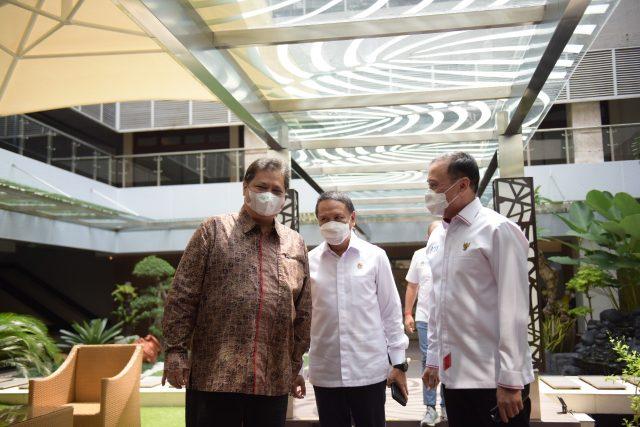 Menteri Pemuda dan Olahraga (Menpora) Zainudin Amali bersama Ketua PSSI menemui Menteri Koordinator Bidang Perekonomian Airlangga Hartarto, Selasa (28/09).