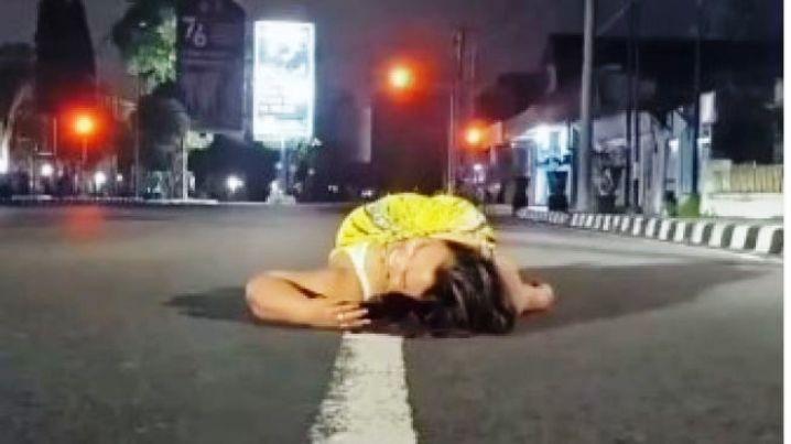 PPKM Diperpanjang, Selebgram Magelang Ini Malah Tiduran di Jalan