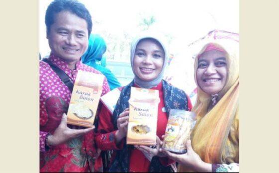 Perajin karak bolon, Muhadi (kiri), berfoto bersama istri Gubernur Jateng, Ganjar Pranowo, Siti Atiqoh Supriyanti.