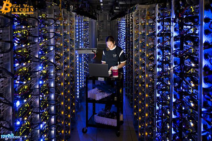 Máy đào bitcoin đại hạ giá giữa 'bão' tiền mã hóa