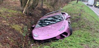 Sau tai nạn, triệu phú Bitcoin bỏ mặc chiếc siêu xe Lamborghini Huracan dưới rãnh bên đường