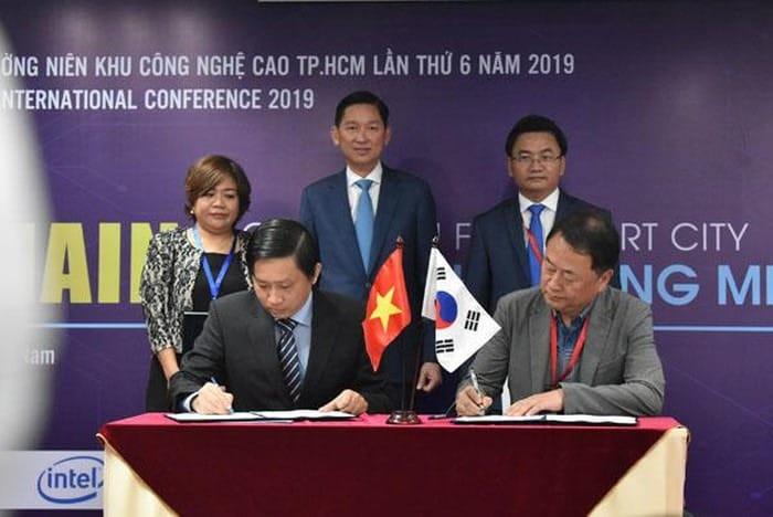 Vườn ươm Doanh nghiệp Công nghệ cao (Ban Quản lý Khu Công nghệ cao) ký kết hợp tác với CBA Ventures (Hàn Quốc). Ảnh: TL