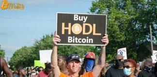 """""""Bitcoin sẽ cứu chúng tôi"""" - Tiền điện tử xuất hiện trong các cuộc biểu tình ở Mỹ sau cái chết của George Floyd"""
