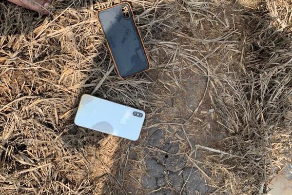 Điện thoại của nạn nhân bị nhóm cướp ném trên đường tẩu thoát - Ảnh: C.A.