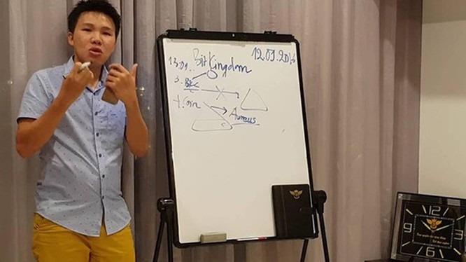 Ông A. nạn nhân của vụ cướp trong một buổi thuyết trình về Bitkingdom. Ảnh: Ngày nay