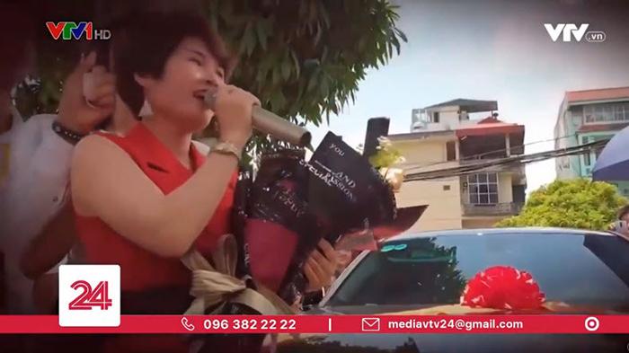 Người phụ nữ cạnh một người được cho là mẹ cô xúc động nói về MyAladdinz. (Ảnh chụp từ clip)