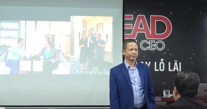 """""""Sứ giả đèn thần"""" thuyết trình về ứng dụng Myaladdinz trong một sự kiện. Ảnh: VTV"""
