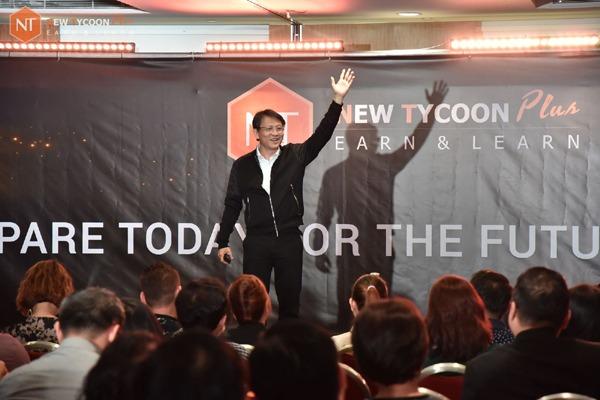 """""""Tỷ phú"""" Richard Tan trong sự kiện ra mắt New Tycoon Plus - công ty huy động vốn bằng cách kêu gọi nhà đầu tư góp tiền để mua máy đào """"tiền ảo""""."""
