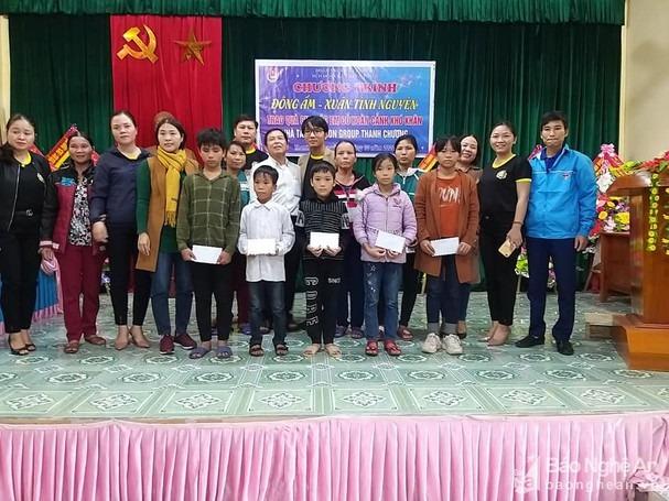 Trao quà tại xã Thanh Thịnh với các mác Lion Group chi nhánh Thanh Chương để tạo lòng tin. Dù công ty này không được cấp phép. Ảnh: PV
