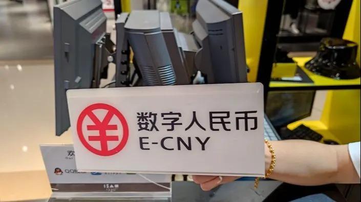 Một quầy giao dịch chấp nhận đồng nhân dân tệ điện tử ở Trung Quốc. Ảnh: AP.