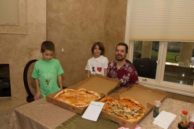 Laszlo Hanyecz và các con trai của mình năm 2018, 8 năm sau khi anh mua 2 chiếc bánh pizza bằng 10.000 bitcoin