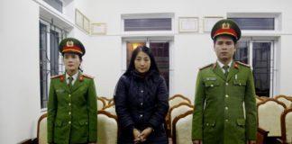 Nguyễn Thị Thanh Hóa (đứng giữa) bị bắt về tội lừa đảo chiếm đoạt tài sản. Ảnh Quý Ngà