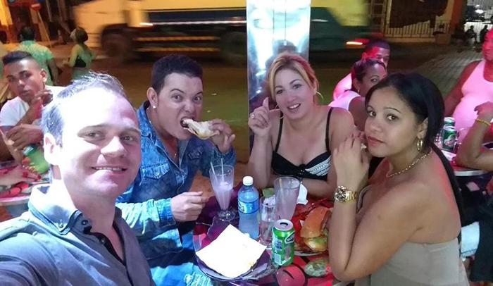 Weis (ngoài cùng bên trái) cùng những người bạn Cuba. Thời điểm anh ghé thăm quốc gia này, nơi đây không chấp nhận đồng Bitcoin nhưng anh may mắn tìm được một người địa phương sẵn sàng mua tiền ảo, trả bằng tiền nội tệ. Ảnh: Felix Weis/Forbes