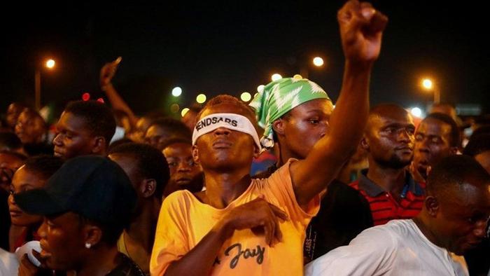 Nhiều người dân Nigeria tham gia đầu tư tiền mã hóa sau khi tài khoản ngân hàng một số thành viên tham gia phong trào biểu tình #EndSars bị đóng băng. Ảnh: Reuters.