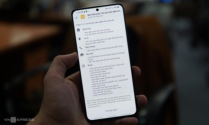 Ứng dụng yêu cầu hàng loạt quyền truy cập điện thoại người dùng. Ảnh: Lưu Quý.