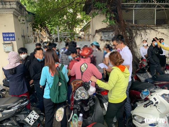 Hàng chục người đến trụ sở Công an TP.HCM chiều 19-4, chuẩn bị nộp đơn tố cáo sàn Coolcat - Ảnh: BÔNG MAI