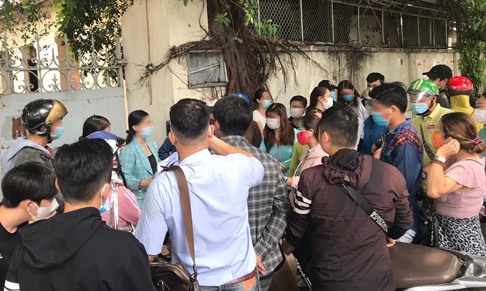 Các nhà đầu tư đến Công an TP HCM gửi đơn tố cáo Coolcat, ngày 23/4. Ảnh: Việt Anh.