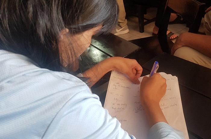 Một nhà đầu tư ký vào đơn kêu cứu. Ảnh: Lê Trai.