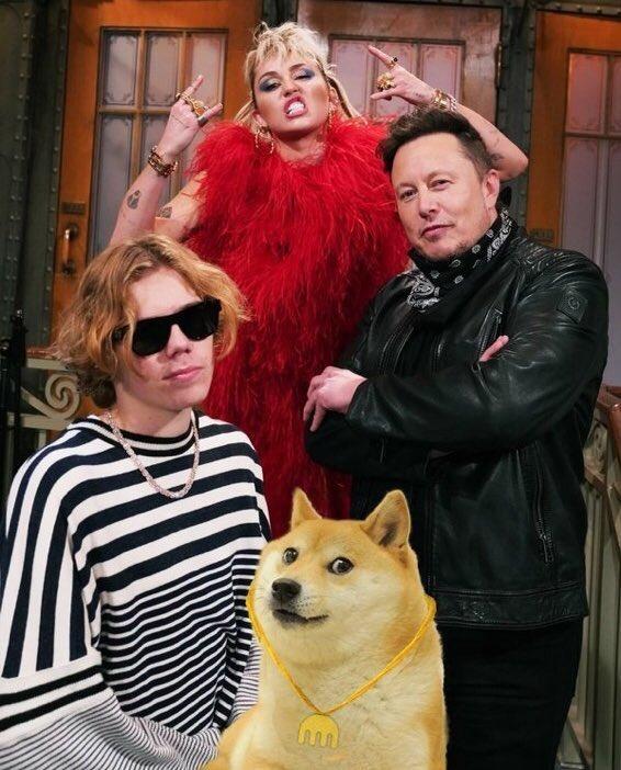 Elon Musk đăng ảnh với các khách mời của Saturday Night Live, đồng thời chèn thêm hình chú chó Shiba, biểu tượng đồng Dogecoin. Ảnh: Elon Musk.