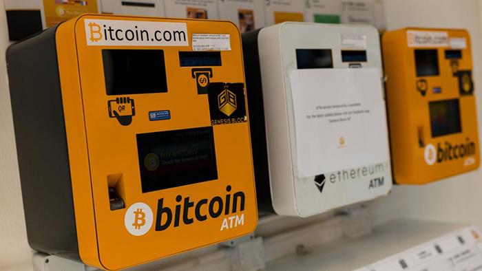 Tội phạm có thể sử dụng máy ATM tiền mã hóa để lấy tiền mặt. Ảnh: EPA.