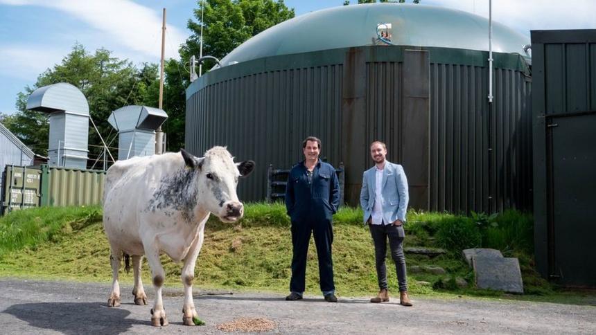 Trang trại của Philip Hughes (đứng bên trái) dùng phân bò để sản xuất năng lượng tái tạo, phục vụ chăn nuôi và đào Ethereum. Ảnh: Crypto Hunter.