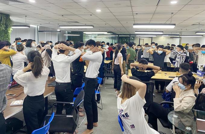 Công an khám xét trụ sở sàn giao dịch ngoại tệ Hitoption tại phường Quan Hoa, quận Cầu Giấy. Ảnh: Công an cung cấp