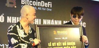 """Phạm Tuấn (phải) là người tự giới thiệu mình là em trai Khá """"Bảnh"""", quảng bá cho dự án đa cấp tài chính đầy rủi ro."""