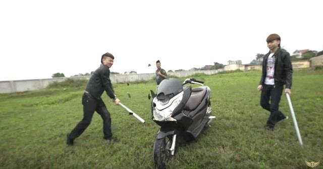 """Phạm Tuấn từng tham gia video đập phá, đốt xe máy cùng Khá """"Bảnh""""."""