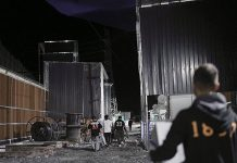 Nhân viên thu dọn một mỏ đào Bitcoin ở Tứ Xuyên trước ngày lệnh cấm có hiệu lực. Ảnh: Caixin.
