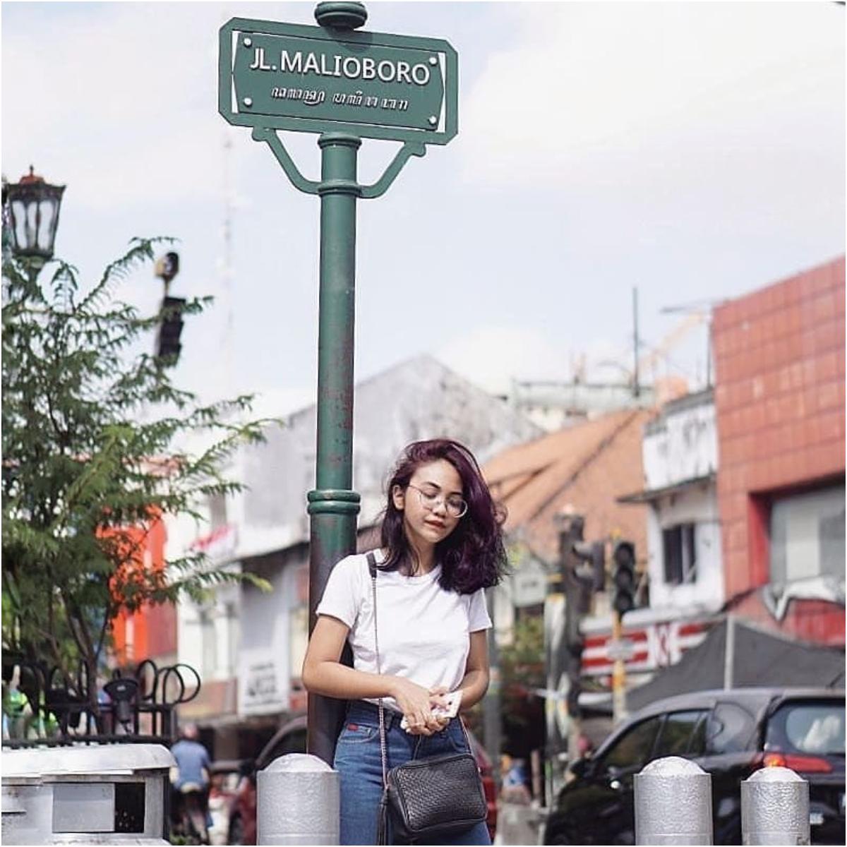 Ekspektasi  Jalan ke Jogja tidak sah tanpa berfoto di depan papan jalan  Malioboro 86dc04f412