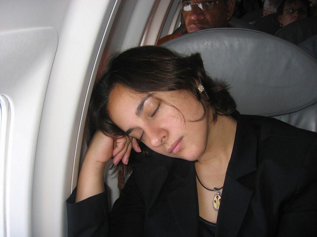 Ngủ trong lúc máy bay hạ cánh và cất cánh